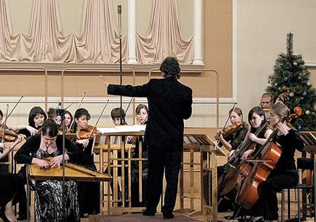 Струнный оркестр ГМК имени Гнесиных. Солистка — Анастасия Фомина, гусли